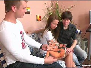 Tenåring gets henne kuse checked