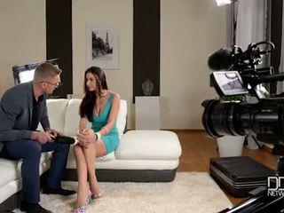 イタリア語 glanour ベイブ gets interviewed 前 アナル セックス