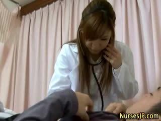 Ασθενής gets σκληρά ως ασιάτης/ισσα νοσοκόμα examines