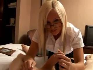 Rambut pirang sekretaris gives sebuah harsh memainkan kontol dengan tangan
