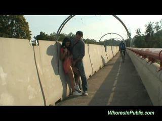 Bruneta rides kohout v veřejné