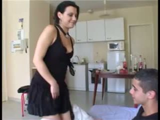 Il prend la fille par сюрприз et ejacule dans sa chatte