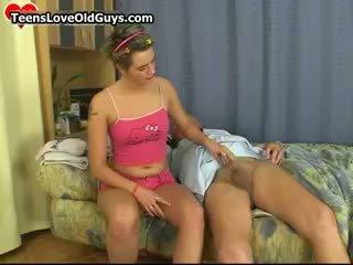 Χαριτωμένο έφηβος/η κορίτσι ξυρίζοντας αυτό γιαγιά part1