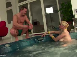 Ošklivý zralý coura maminka drinks pee a gets anální: volný porno 11