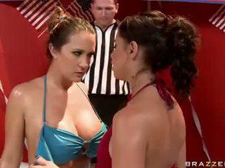Sweaty brunete hotties uz bikinies having karstās lesbiete kaķukautiņš