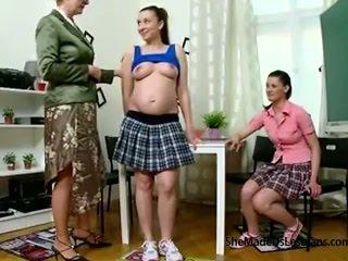 Noseče študent in ji prijatelj dobili taught lezbijke igre s njihovo poredne old učitelj