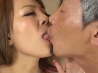 Busty asijské having an starý člověk sání ji prsa