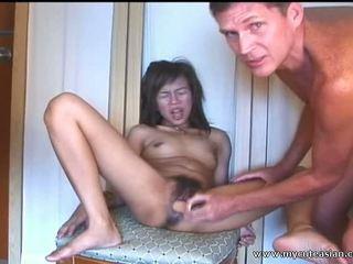 Oriental dilettante adolescente sucks y fucks en frente de la camera