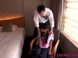 Minuscule japonais écolière baisée par entreprise homme