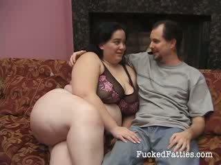 Bedövning fett flicka med enormt tuttarna getting penetrated av two stor cocks