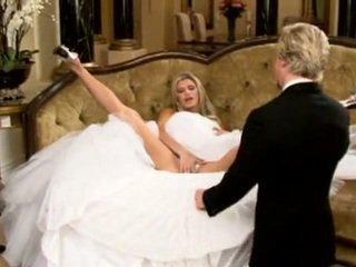 Νύφη σε όμορφος/η γάμος φόρεμα ανοιγμένα πόδια