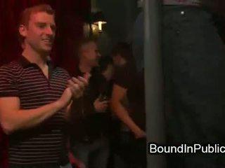 Gebonden homo covered in sperma neuken in publiek