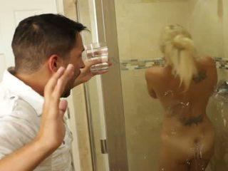 Bionda bello pupa charlee chase loves scopata dentro bathrooms