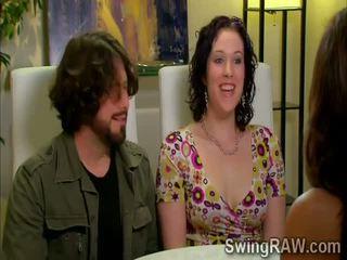 Svingeris couples turėti a vakarėlis outdoors į xxx realybė šou