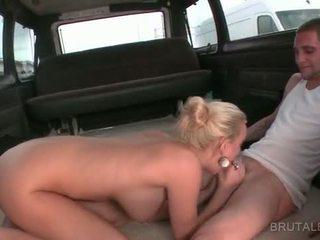 Close-up s blondýnka amatér giving bj v the