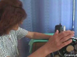 Një klient bangs i vjetër sewing