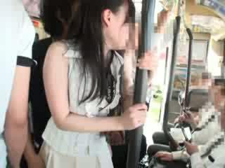 Innocent мацка пипнешком на а автобус
