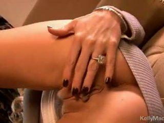 Kelly madison leker henne moist sexy på den sofa