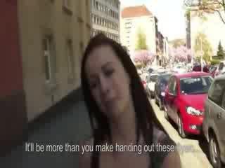 Heet tsjechisch chick flashes haar memmen op straat