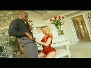 Adembenemend blond met een groot ebony man deel 1