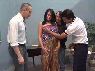 Tre fortunato guys licking uno carina indiano moglie