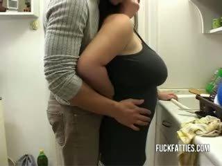 Seksi wanita gemuk cantik gets rewarded dengan kontol untuk doing itu dishes