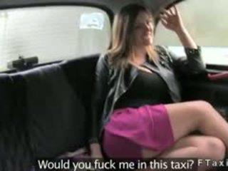 Reusachtig tieten blondine pijpen en neuken in fake taxi