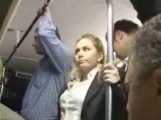 Seksuālā blondīne meitene apvainotas pie autobuss
