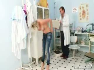Seksi gabriela getting telanjang di gyno kantor
