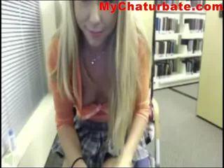 Dun blondine camgirl jerks af in de bibliotheek