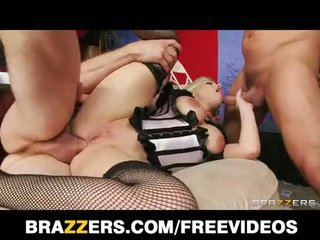 Burlesque blondine gets double penetrated door two fans