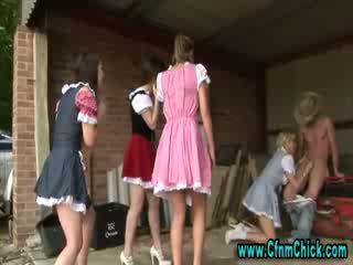 Apģērbta sievete kails vīrietis femdom ferma meitenes tugging dzimumloceklis
