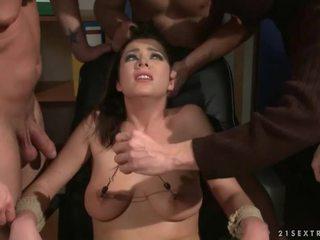 三 guys punishing 和 他媽的 一 奴隸 女孩