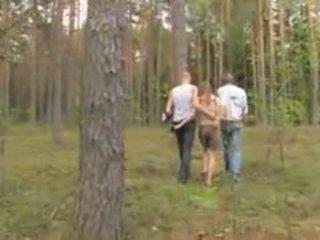 الهاوي اللاتفية مجموعة من ثلاثة أشخاص في ال غابة