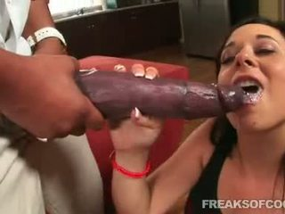 Soaked porno floozy aarielle alexis stuffs her mouth with a bilingüe pénis