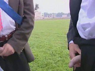 Doce noiva gives dela homem um broche antes o casamento