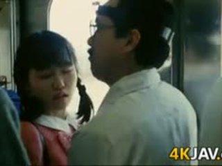 Jente gets famlet på en tog