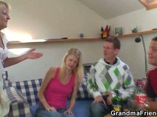 Two partying guys śruba pijane babcia