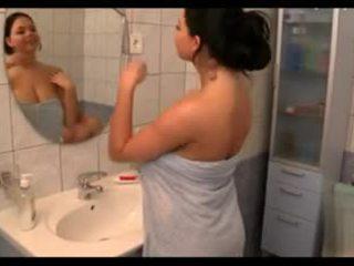 الثدي, كبير الثدي, الاستحمام