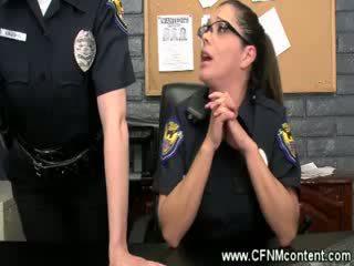 Il polizia frisk li per rozzo dongs a succhiare su a il stazione