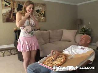 Manis rambut coklat doing mengisap penis dan titsjob untuk pizza guy dengan pizza di