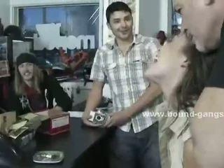 Πόρνη wins στο πόκερ ένα double penetration συμμορία bang submitting και κραυγάζοντας σε violent σεξ βίντεο