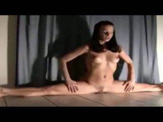 Fexible meitene rides viņai dildo