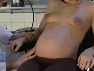 Zwanger vrouw geneukt door haar dokter