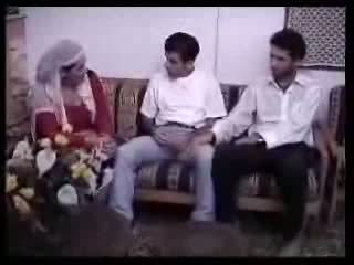 Arābieši mājsaimniece fucked ar two guys. video