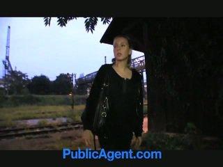 Blondine tiener fucks publiek agent