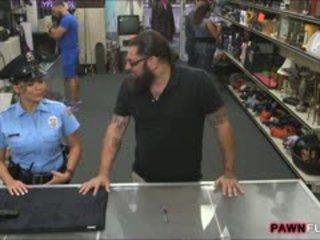 Malaking suso security officer nailed by pawnkeeper sa ang silid sa likuran