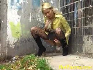 Vies urineren blondine liking haar ondeugend baan