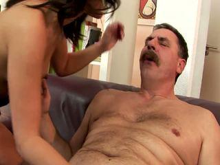 Jovem gaja e velho homem a foder em o sofás