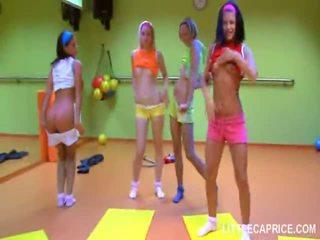 四 smut 青少年 女孩 辦 aerobics 一起 和 迪克 咂 shaft